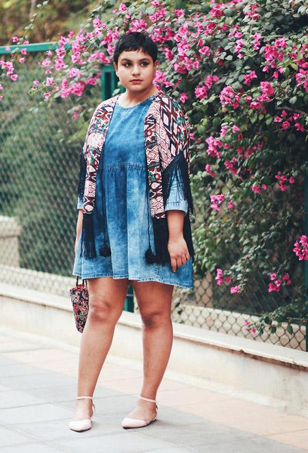 Девушка в джинсовом платье и палантине