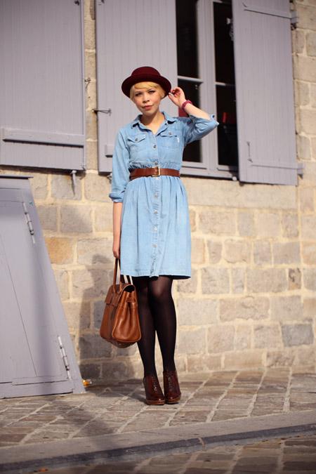 Девушка в джинсовом платье и шляпке