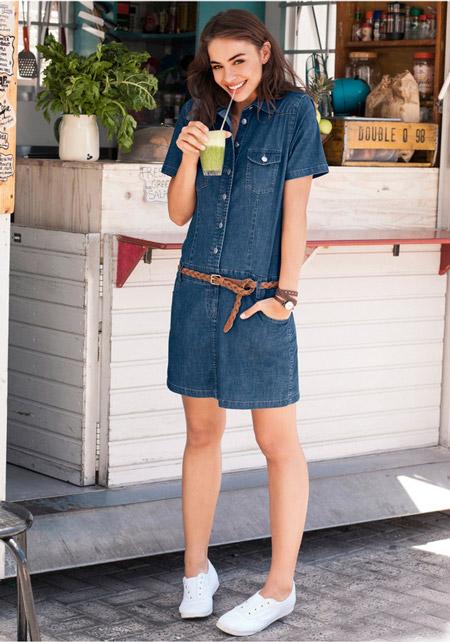 Девушка в джинсовом платье с коричневым пояском