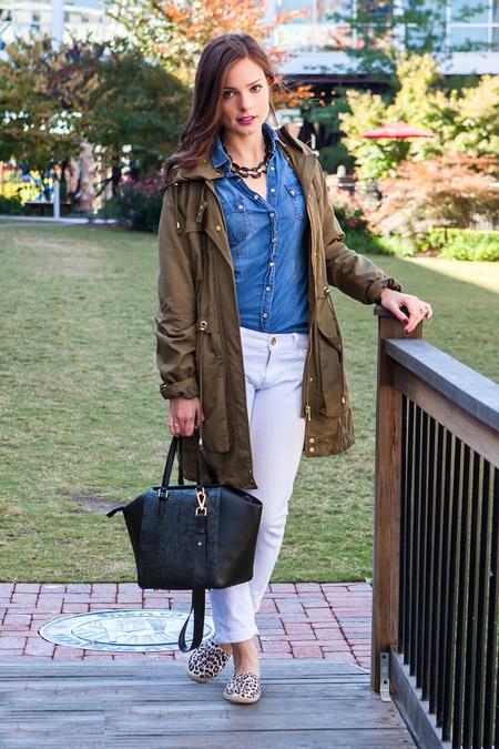 Девушка в джинсовой рубашке и парке