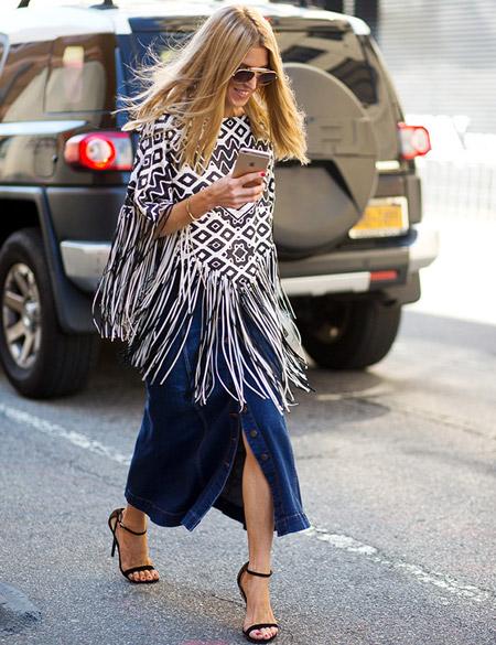 Девушка в джинсовой юбке и пончо
