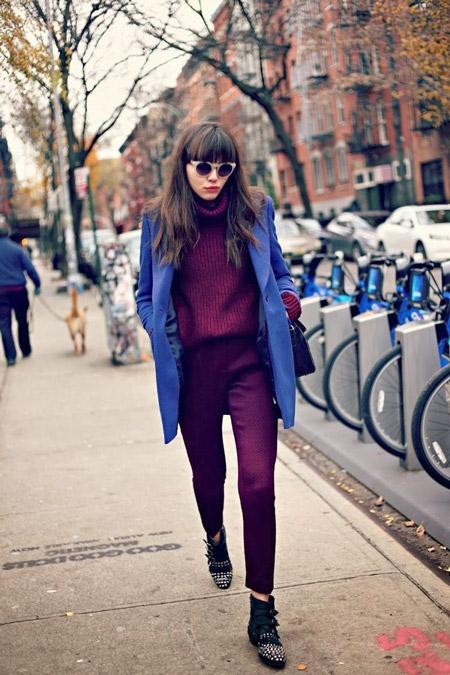 Девушка в фиолетовых брюках и синем пальто