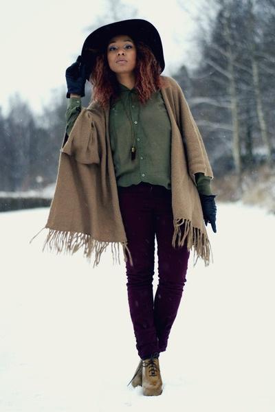 Девушка в фиолетовых штанах и пончо