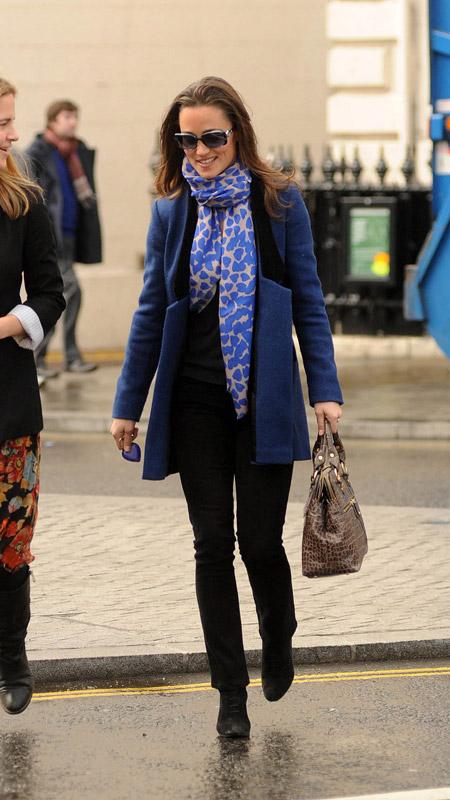 Девушка в голубом шарфе и синем пальто