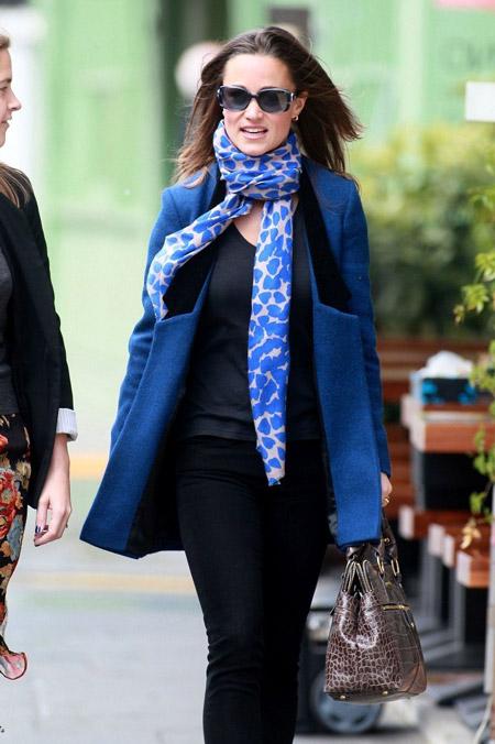 Девушка в голубом шарфе