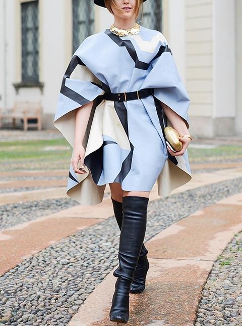 Девушка в голубой накидке с поясом и черных высоких сапогах