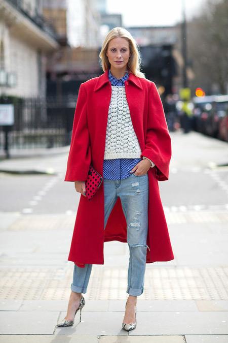 Девушка в голубых джинсах и длинном красном пальто