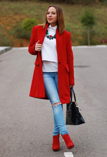 Девушка в голубых джинсах и красном пальто