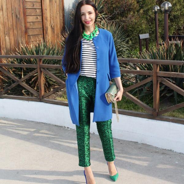 Девушка в изумрудных брюках и синем пальто