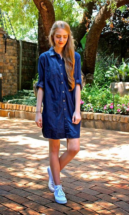 Девушка в кедах и платье-рубашке
