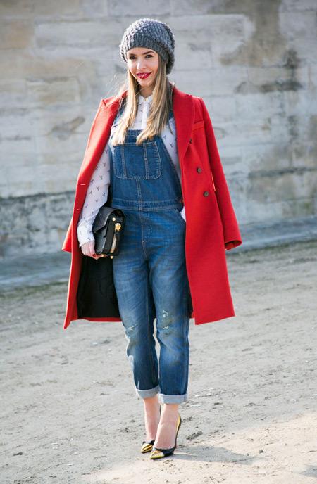 Девушка в комбинезоне и красном пальто