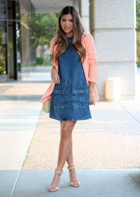 Девушка в коралловом жакете и джинсовом платье