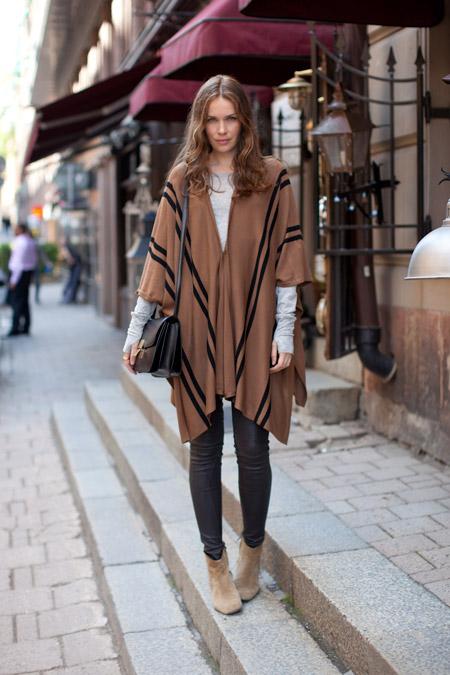 Девушка в коричневом пончо