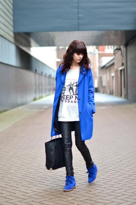 Девушка в коротком пальто и кожаных брюках