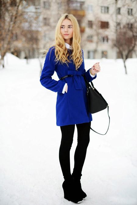 Девушка в коротком синем пальто