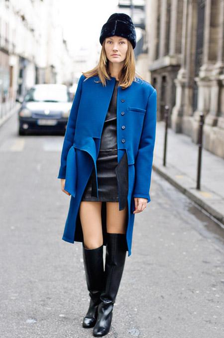 Девушка в кожаной юбке и синем пальто