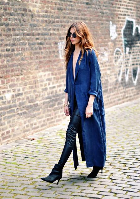 Девушка в кожаных брюках и длинном синем пальто
