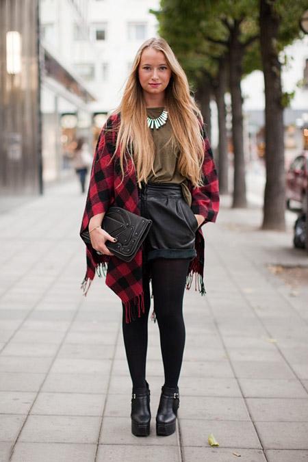 Девушка в кожаных шортах и пончо