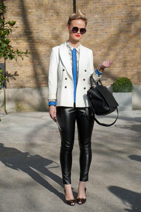 Девушка в кожаных штанах, рубашка, белый блейзер и черная сумка