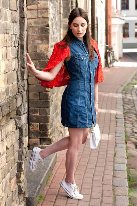 Девушка в красном кардигане и джинсовом платье