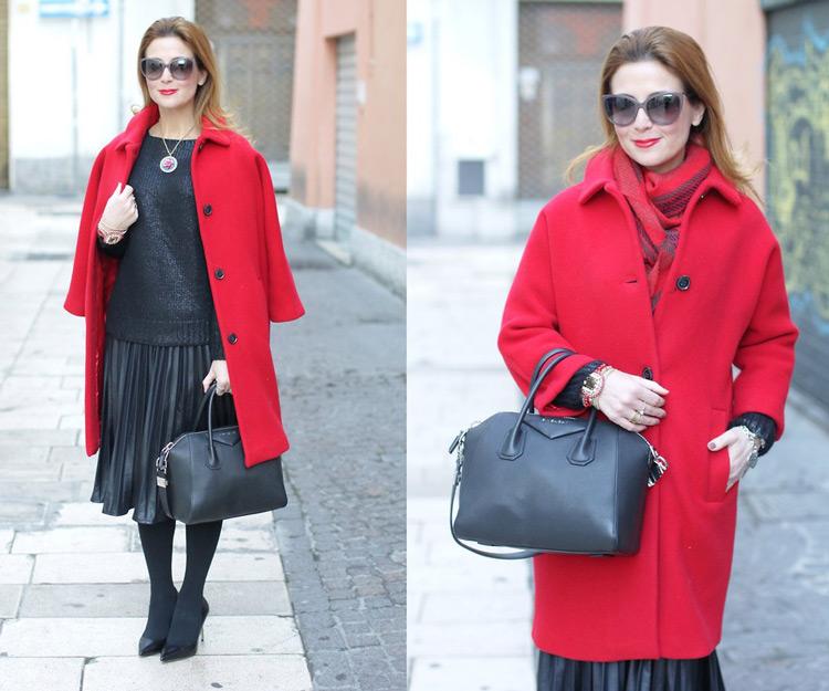 Девушка в красном пальто и с красным шарфом