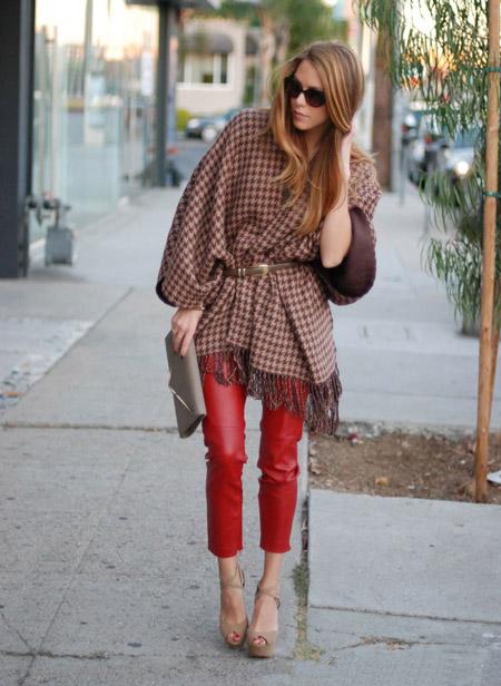 Девушка в красных кожаных штанах и пончо