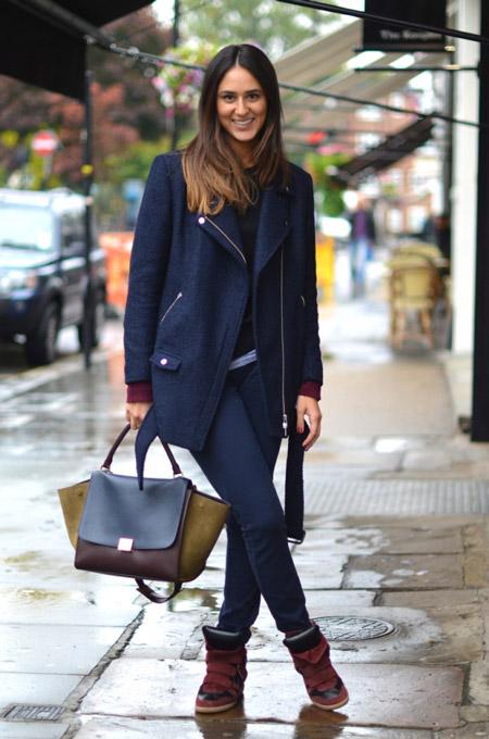 Девушка в кроссовках на танкетке и синем пальто