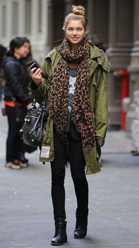 Девушка в леопардовом шарфе и парке