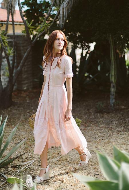 Девушка в летнем платье нежно розового цвета