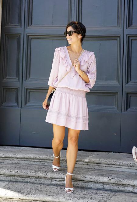 Девушка в летнем платье с воланами и босоножках