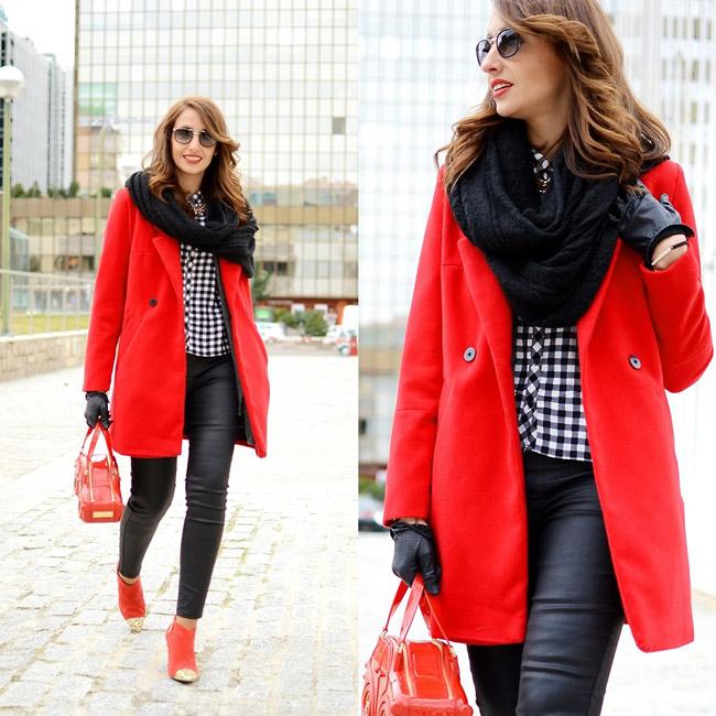 Девушка в объемном черном шарфе и красном пальто