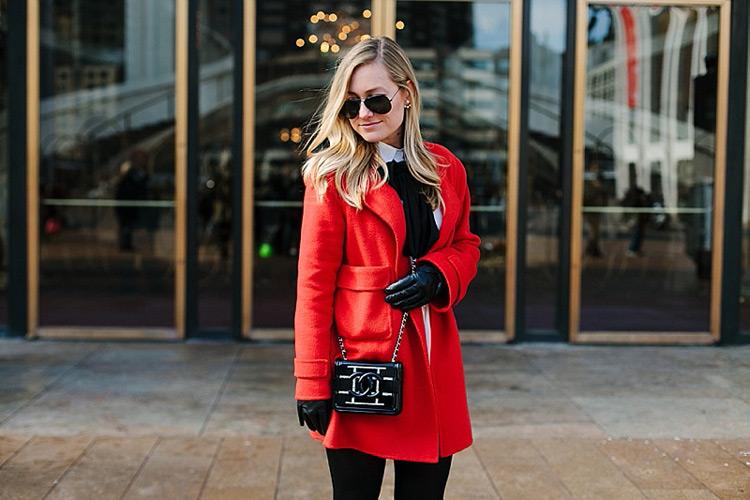 Девушка в очках и красном пальто