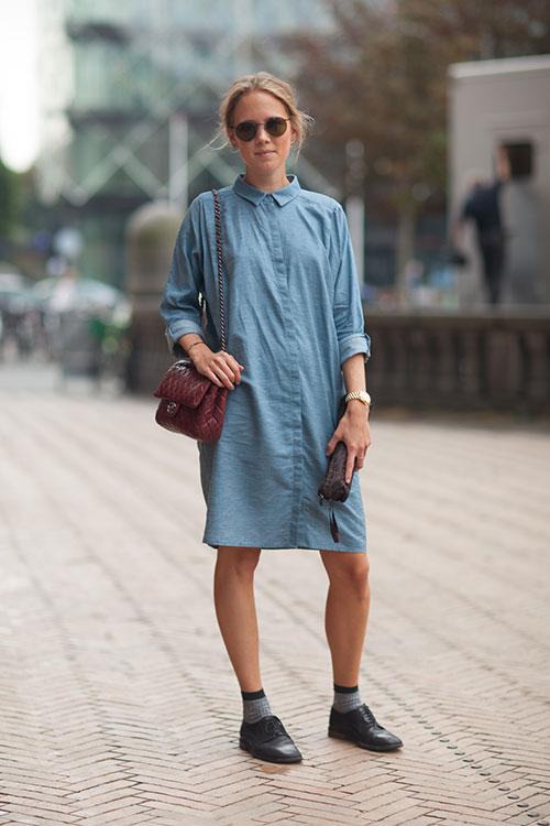 Девушка в оксфордах и платье-рубашке