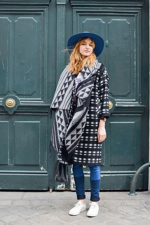 Девушка в пальто, шляпе и двуцветных джинсах
