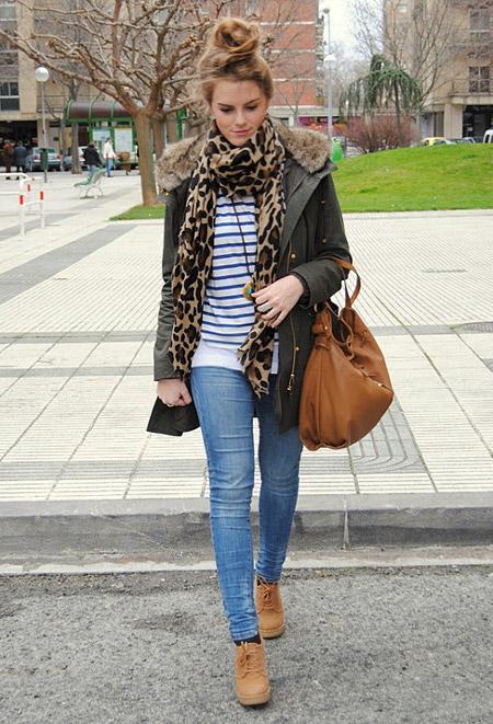 Девушка в парке и с коричневой сумкой