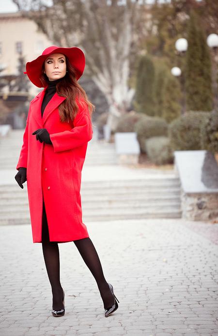 Девушка в перчатках и красном пальто
