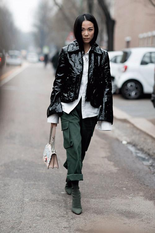 Девушка в подвернутых брюках карго, замшевых сапогах и кожаной куртке