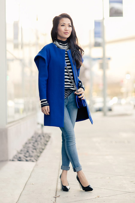 Девушка в полосатом лонгсливе и синем пальто
