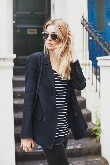 Девушка в полосатой футболке, черный жакет и очки