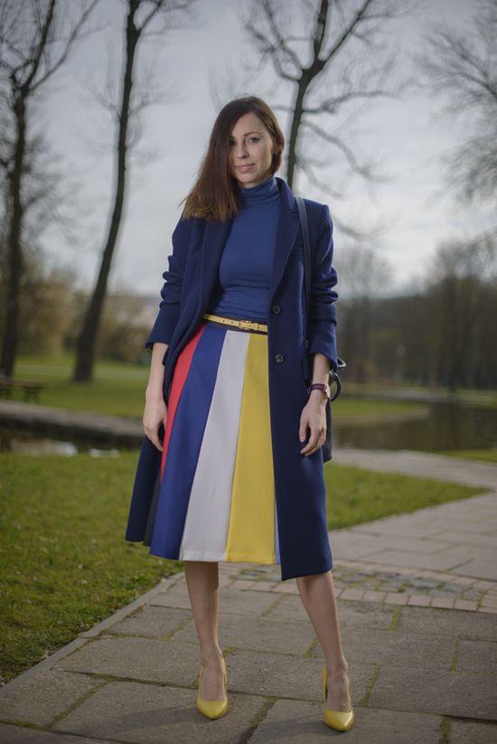 Девушка в полосатой юбке и темно-синем пальто