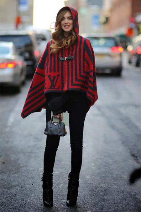 Девушка в пончо с капюшоне