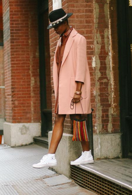Девушка в розовом пальто, черной шляпе, белых кедах