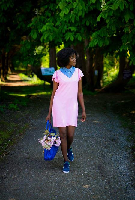 Девушка в розовом плаье синих кедах и сумка