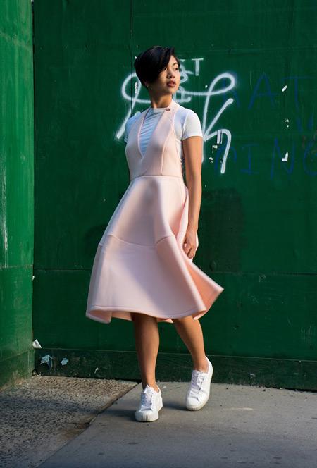 Девушка в розовом сарафане, белая футболка и кеды