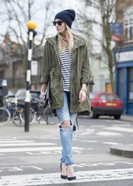 Девушка в рваных джинсах и парке