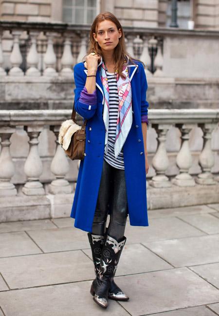 Девушка в сапогах и синем длинном пальто