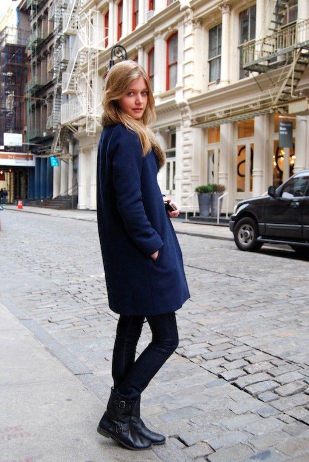 Девушка в сапожках и синем пальто