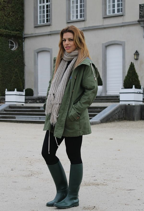 Девушка в сером шарфе и парке