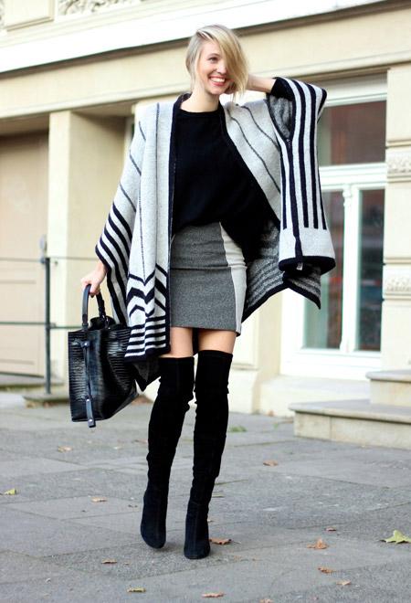 Девушка в серой юбке и пончо