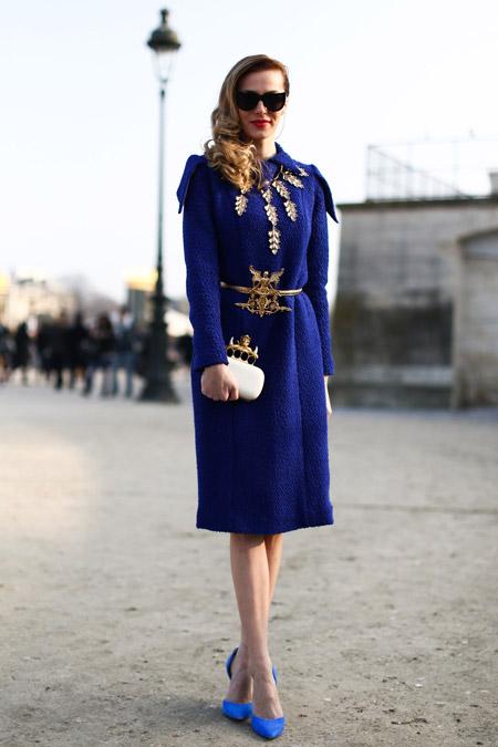 Девушка в синем пальто и голубых туфлях
